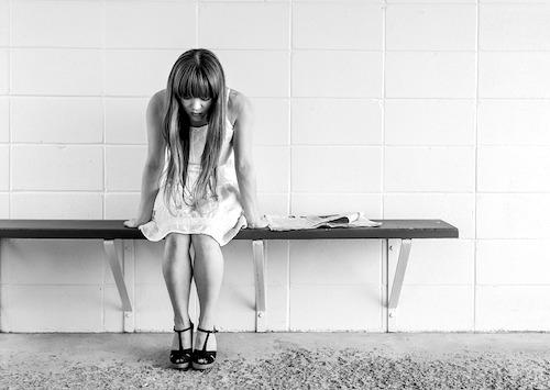 巻き爪治療に悩む女性