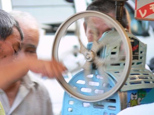 かき氷機でふわふわに作る方法。家庭用で電動と手動でフワフワ感違う?