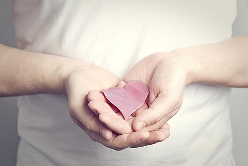 心筋梗塞の前兆って胸や背中に痛みが!?咳や熱も激しく出る?