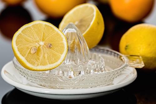 ビタミンC誘導体の化粧水と美容液の効果とは?ニキビに効果的?