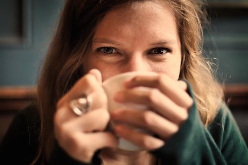 スタバ飲む女性