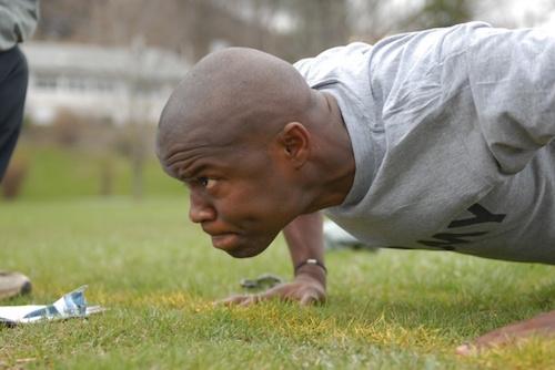 腕立て伏せで腹筋と背筋が鍛えられる!大胸筋にも効く!効果的な方法。