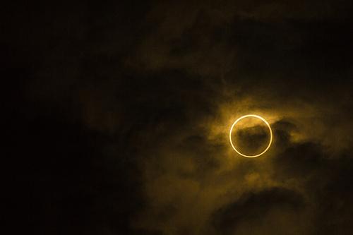 皆既日食と金環日食の違いをわかりやすく解説。地震が起きる?