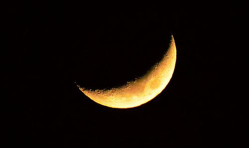 月の動きの観察方法。方角がポイント?西と東でどう違う?