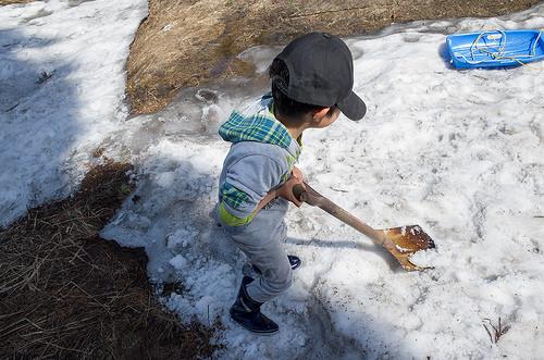雪かき方法にウマくやるコツが!?駐車場や車の除雪方法。お湯は有効?