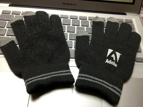 スマホ手袋の仕組みと原理がスゴい。液体つけてタッチ操作できるものは?