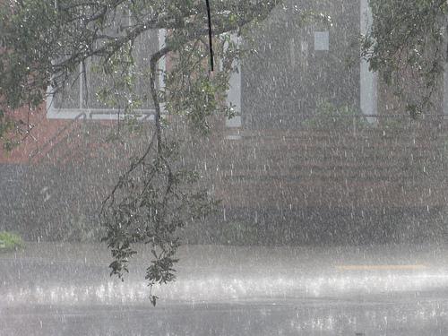 『猛烈な勢いの雨』ってどんな雨?雨の降り方のいろいろな表現。