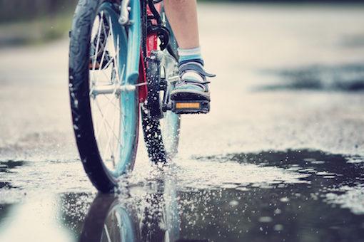 自転車 傘さし運転は違反に!罰金あるの知ってる?罰則強化の経緯とは