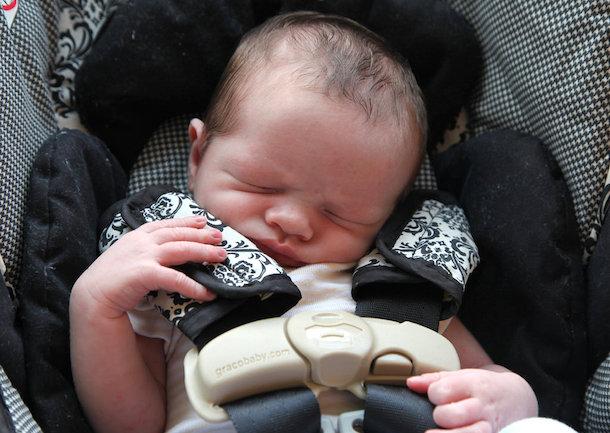 チャイルドシート新生児の頭,首の正しい乗せ方を解説!前向きはいつから?
